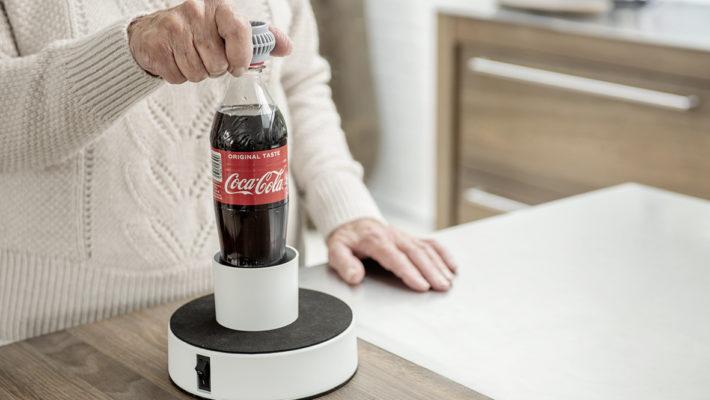 Easy-Up bliver brugt af et ældre menneske til at åbne en colaflaske med én hånd.