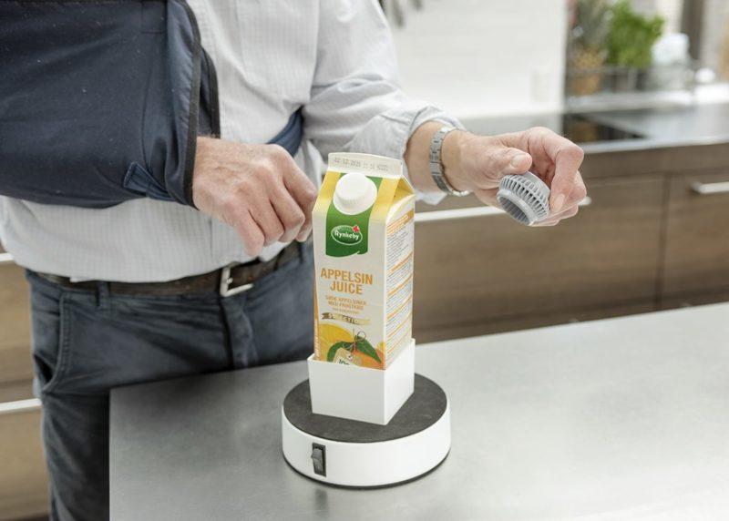 Easy-Drink bliver brugt med Easy-Up af en mand med en hånd i slynge