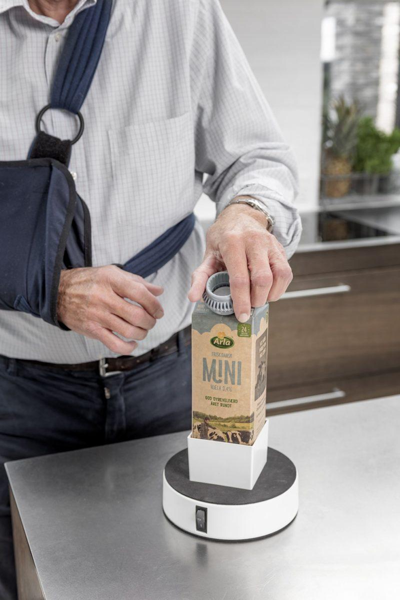 Enhåndet åbning af mælkekarton i køkken ved brug af Easy-Drink, Easy-Open og Easy-Up.