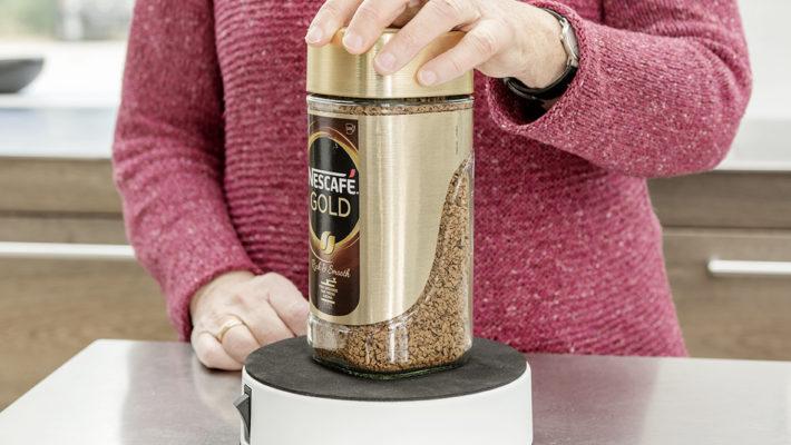 Easy-Up bliver brugt til at åbne et glas Nescafé Gold