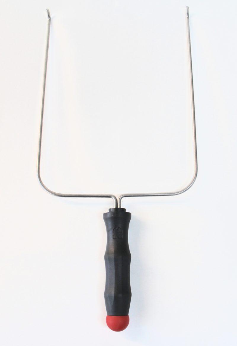 Bakkeholder set fra oven, stål tang med sort håndtag til at holde bakker med.